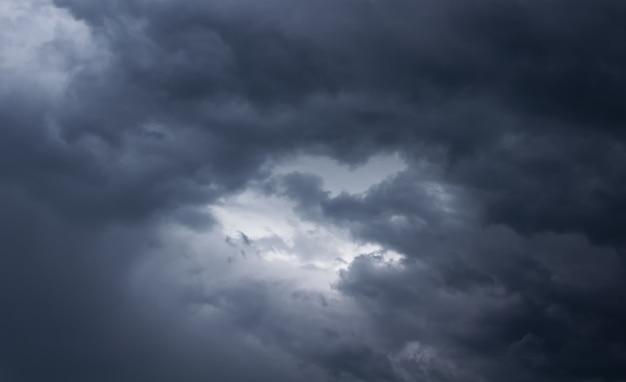 暗い雲と荒れ模様の空。空に雨の雲。雨天。