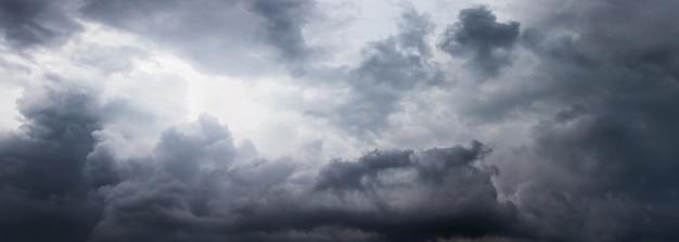 비가 전에 회색 구름과 폭풍우 치는 하늘