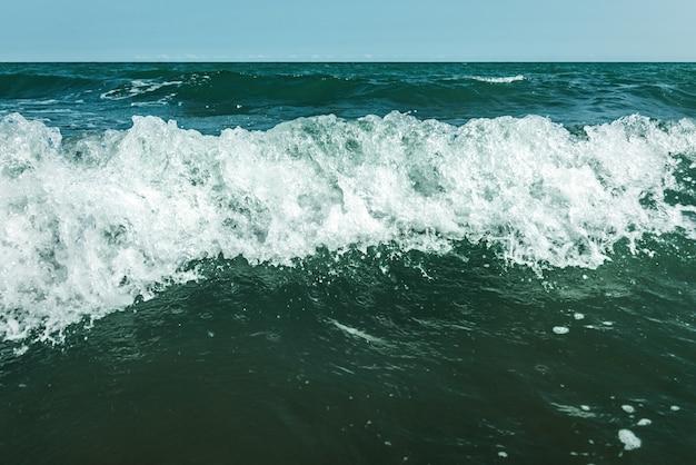 海の嵐の波