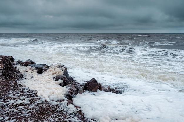白海の嵐の冬の波