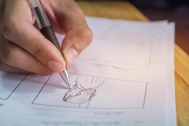 Раскадровка или рисование креатива для кинематографического процесса.