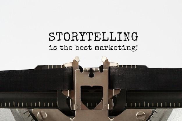 스토리 텔링은 복고풍 타자기에 입력 된 최고의 마케팅 텍스트입니다.