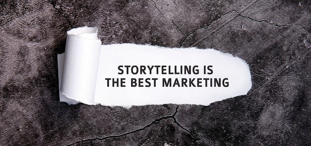 스토리 텔링은 회색 콘크리트 테이블에 찢어진 백서를 사용한 최고의 마케팅입니다.