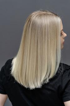 Прямые волосы после процесса обесцвечивания. посмотрите сзади. концепция ухода за волосами