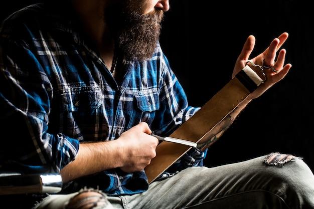 西洋かみそり。床屋、かみそり、革のブラシ、かみそりの刃で刃を研ぐためのヴィンテージツール。