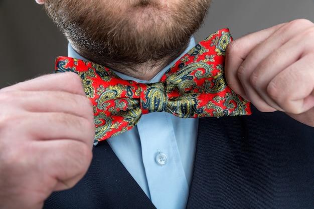 蝶ネクタイをまっすぐにする