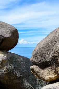 岩背景海の間の海峡