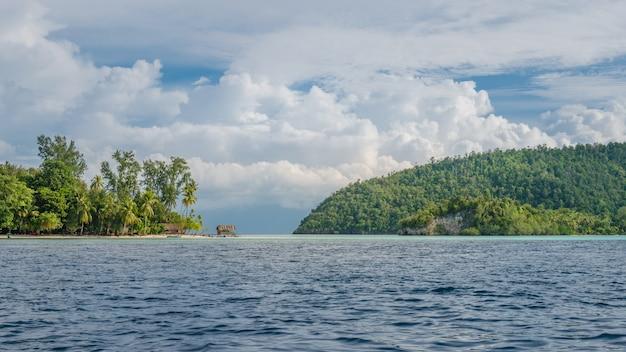 クリとモンスアル島の間の海峡。ラジャアンパット、インドネシア、西パプア。