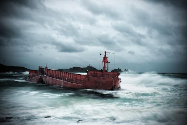 座礁した船