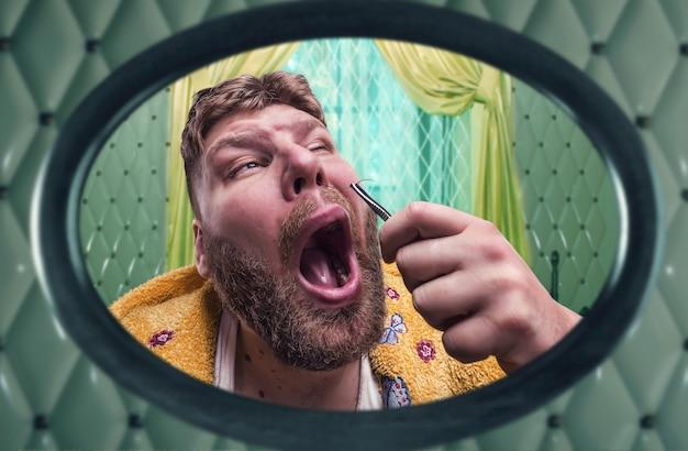 Странный взрослый мужчина вырывает волосы из носа