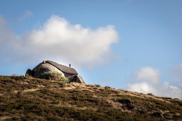 ポルトガル北部のファフェにある2つの岩の真ん中にある奇妙な家-「casadopenedo」-フリンジストーンの家