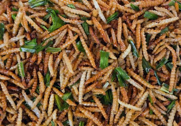 奇妙な昆虫の揚げ物はタイのおいしい食べ物を味わいます。