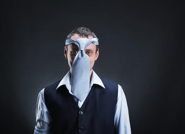 Странный мужчина с галстуком на голове над серым