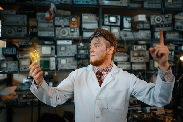 Странный ученый с горящим светом в руках, тест в лаборатории.
