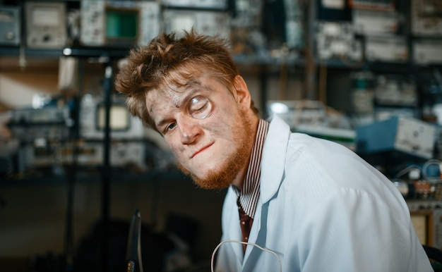 目の中に虫眼鏡を持った奇妙な科学者、実験室でテスト。