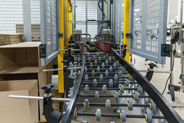 Industrail 포장 라인용 스트래핑 기계, 공장의 포장 라인용 현대 기계, 산업 및 기술 개념.