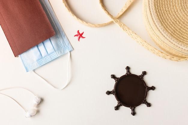 Соломенная сумка защитные маски и бумаги на деревянном фоне для морских путешествий
