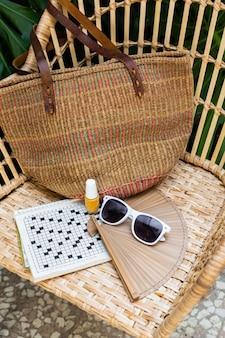 Соломенное кресло и расстановка предметов для путешествий под большим углом
