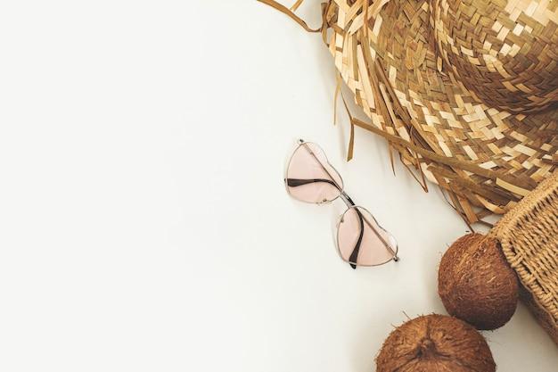 Соломенная шляпа, очки в форме сердца и кокосовое лето на белом фоне