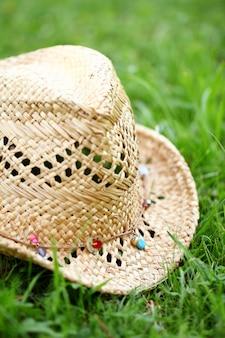 草の上の麦わら帽子