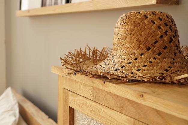 スカンジナビアスタイルの部屋の棚に麦わら帽子