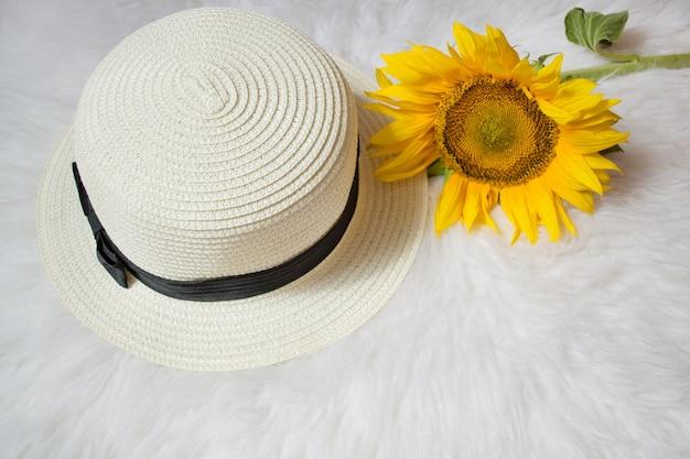 白い毛皮にリボンとひまわりの麦わら帽子。ファッショナブルなコンセプト、上面図