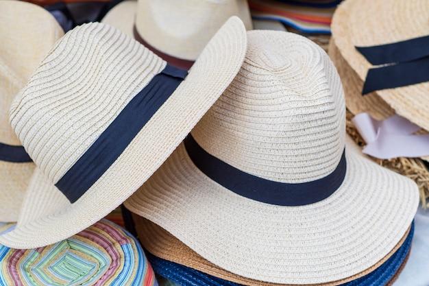 明るい色の男性のための販売のための麦わら帽子。例の展示。