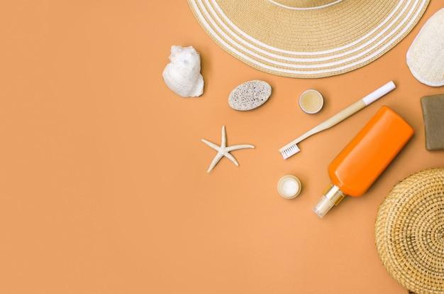 貝殻とサンゴと夏の麦わら帽子