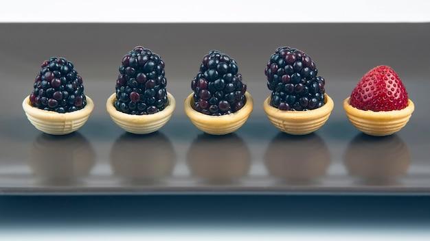 딸기와 와플 바구니에 블랙 베리. 디저트와 비타민. 건강한 음식