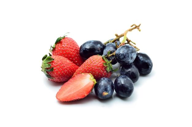 딸기와 포도 흰색 절연