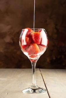 딸기, 딸기와 연유를 넣은 그릇