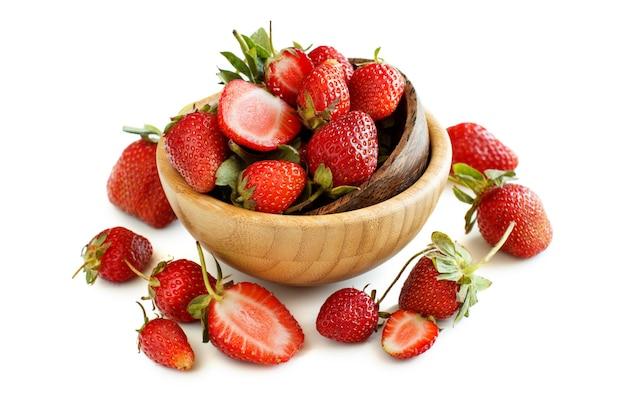 白い表面のボウルにイチゴ