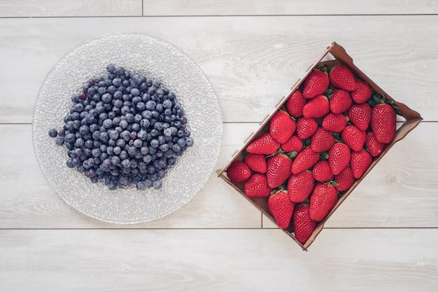 ボックスのイチゴと皿の上のブルーベリー