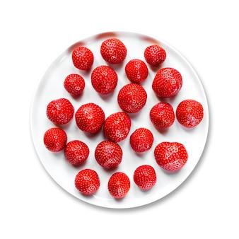 흰색 배경에 고립 된 접시에 딸기
