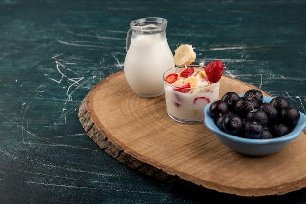 Клубника в сливках с молоком и вишней