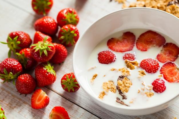 나무 배경에 우유에 딸기입니다. 건강한 아침 식사