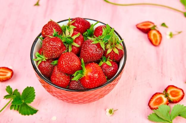 赤いボウルにイチゴ。新鮮なイチゴ。美しいイチゴ。
