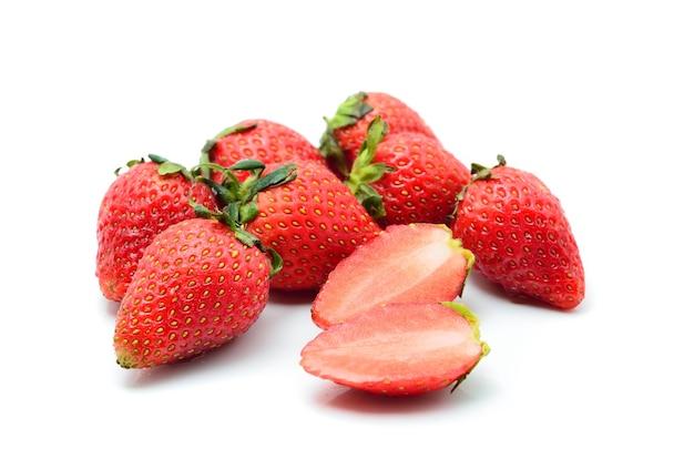 흰색 배경에 고립 된 딸기입니다.