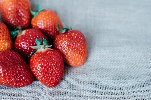 布の上イチゴ