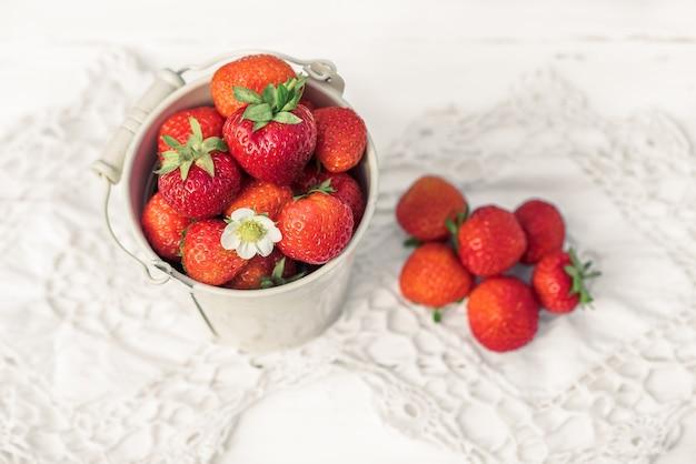 흰색 나무 오래 된 배경, 니트 냅킨에 딸기