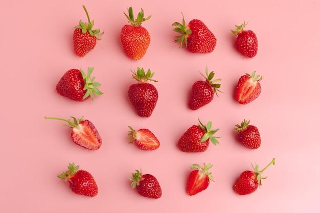 Клубника на розовом фоне концепции свежих органических продуктов питания