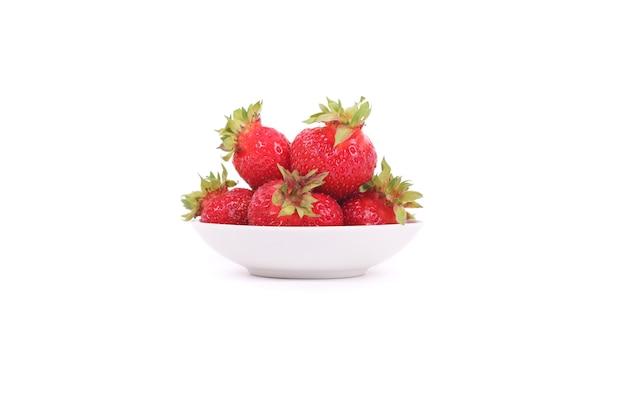 흰색 접시에 딸기