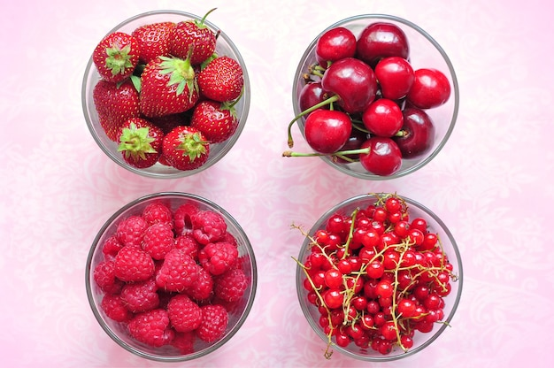 Клубника, малина, вишня и красная смородина в очках