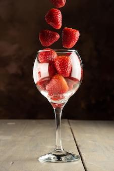 딸기, 그릇에 떨어지는 딸기