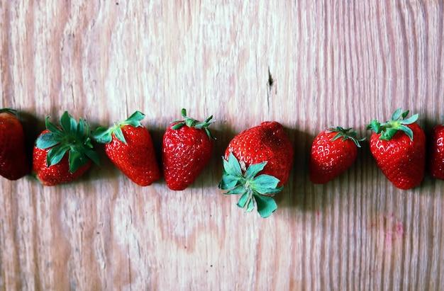 나무와 레이스 위에 딸기