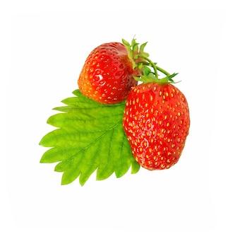白い背景で隔離の葉を持つイチゴ。新鮮な赤いベリーのイチゴ。