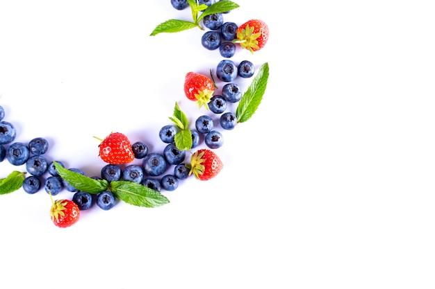 イチゴとブルーベリーの果実。健康的な食事のための果物。