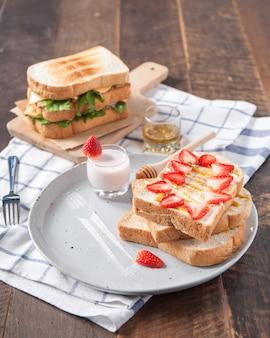 Бутерброды с клубникой и овощами с йогуртом и медом