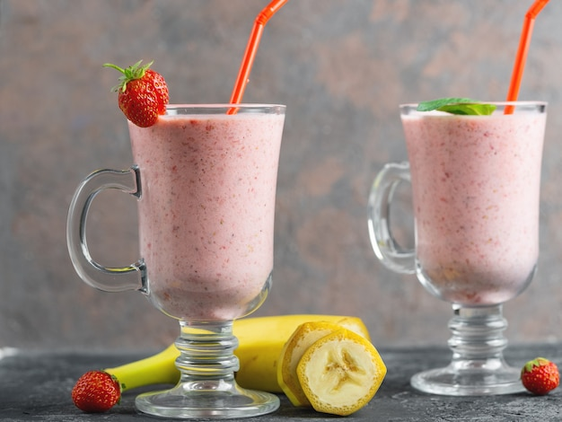 Strawberry banana smoothie in a glass jar
