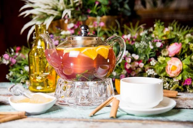 Клубнично-ягодный чай с апельсином в прозрачном чайнике.